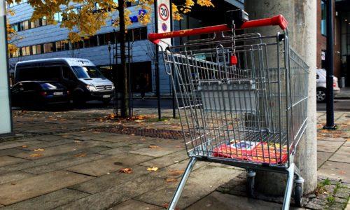 Photo illustrant un caddie vide dans la rue