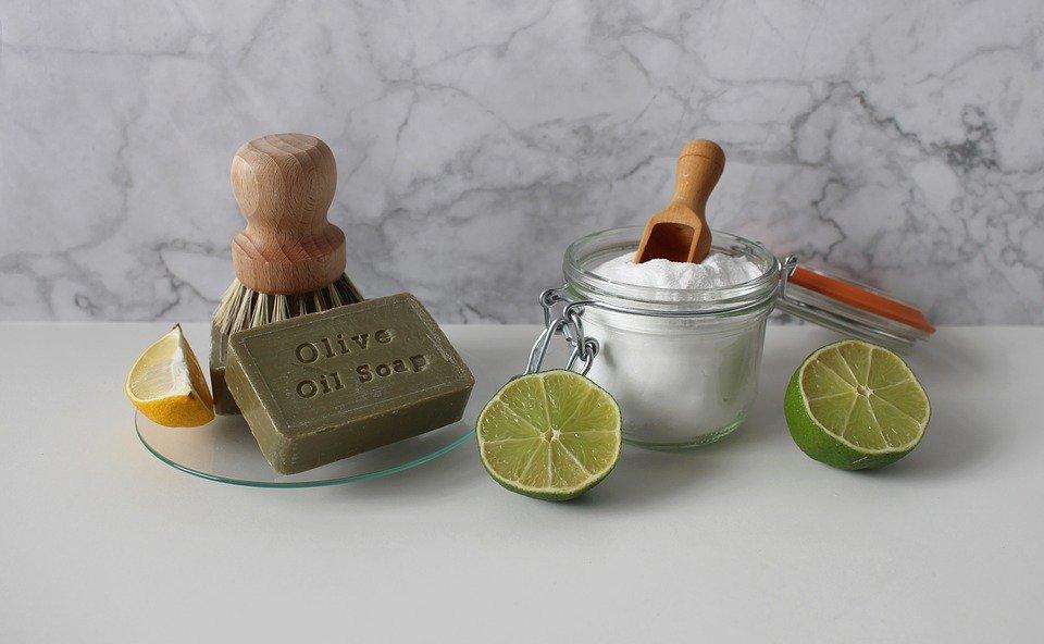 Photo illustrant des produits ménagers naturels (savon noir, citron, bicarbonate de soude...)