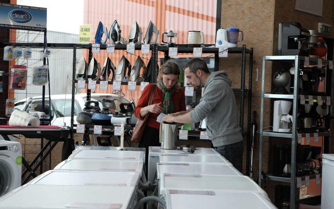 Envie : photo d'une cliente avec un vendeur en train de regarder la notice d'une bouilloire