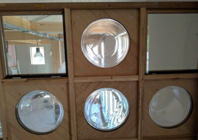 Envie Le Labo : photo de la pose des cloisons avec des hublots de machine à laver