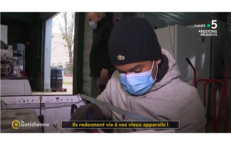Photo illustrant l'activité d'Envie : un salarié répare un appareil électroménager