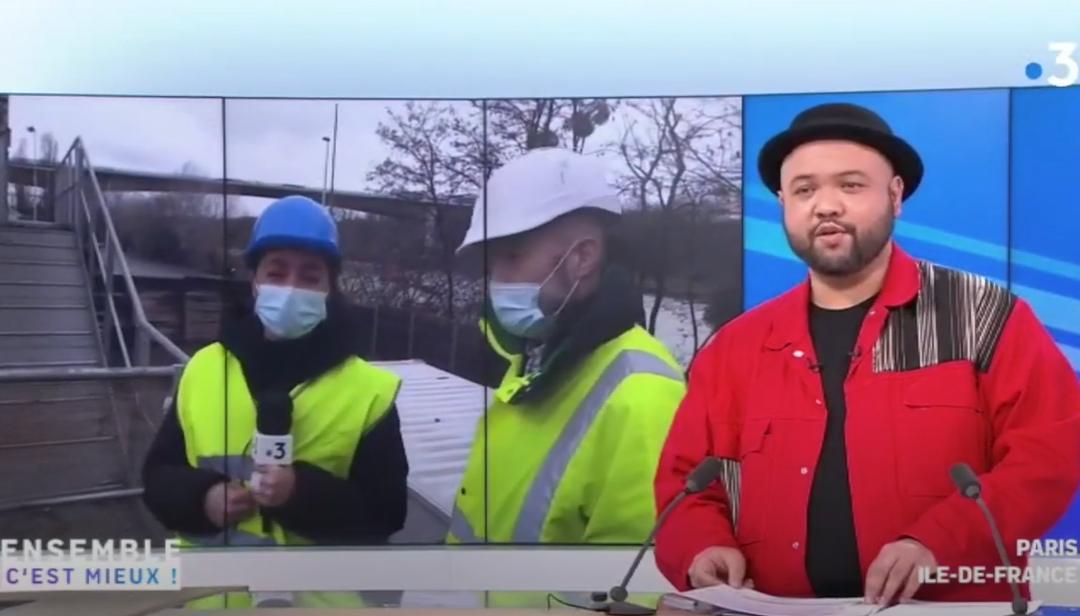 Photo illustrant un journaliste sur le plateau de France 3 Paris Ile de France en duplex avec Envie 2E Gennevilliers, centre de recyclage de lave-linges.